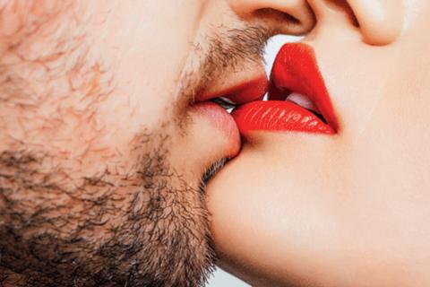 Mầm mống gây ung thư có thể lây lan qua… nụ hôn