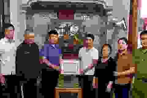 """Người phụ hồ """"xẻ"""" dòng nước lũ cứu 3 người gặp nạn trên sông Lam"""
