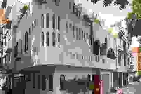 Căn biệt thự trắng có mặt tiền cong độc đáo, nổi bật nhất khu phố ở Hà Nội