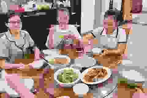Người Đà Nẵng tất bật đón tiếp, nấu cơm cho hàng trăm bà con trú bão