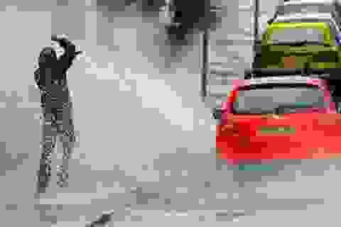 Chiếc khẩu trang ướt sũng và câu chuyện văn hóa giao thông khi trời mưa