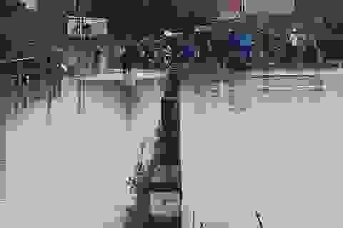 Cố đi xe máy qua đường ngập, 3 chú cháu bị nước lũ cuốn trôi