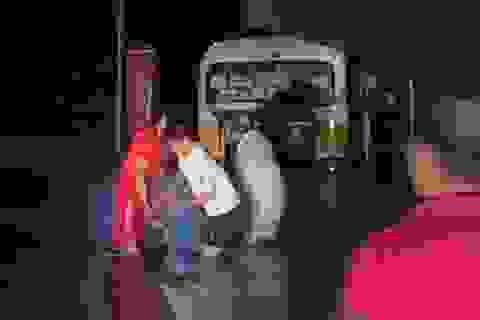 Xe buýt suýt bị lũ cuốn trôi khi cố băng qua đường ngập sâu hơn 1m