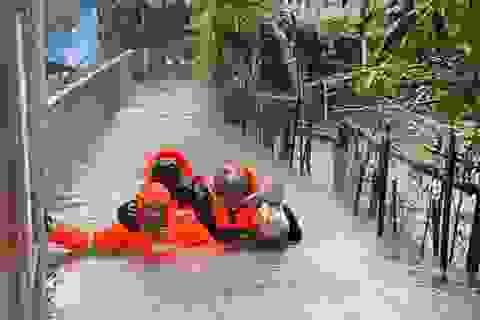 Công an, bộ đội đi xuồng đến từng nhà giải cứu dân trong lũ