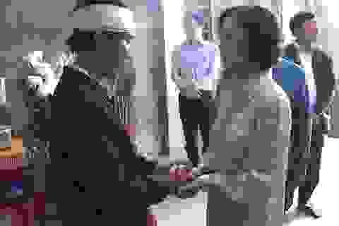 Trưởng Ban Dân vận Trung ương thăm hỏi, tặng quà bà con vùng lũ