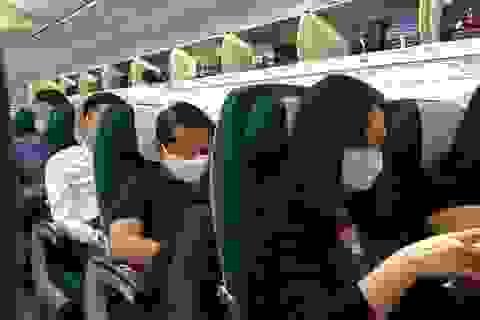 Khách nam bất ngờ châm lửa đốt khăn, máy bay dừng cất cánh khẩn cấp