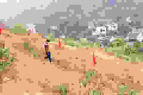 Khẩn cấp di dời hơn 100 người khỏi chân đồi có nguy cơ sạt lở