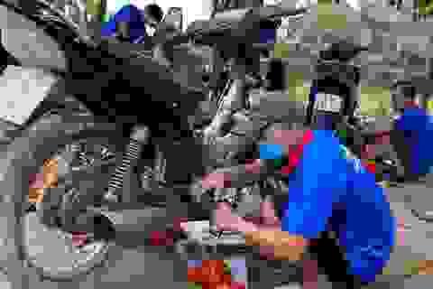 """Hàng chục tình nguyện viên về vùng lũ, """"hồi sinh"""" xe máy cho người dân"""