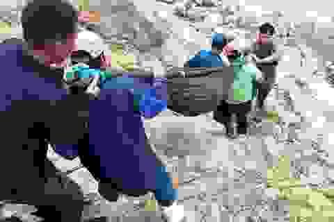 Thai phụ được khiêng vượt 20km đường sạt lở đi cấp cứu nhưng vẫn mất con