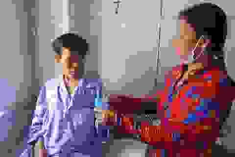Xót xa cảnh người vợ gánh ve chai khẩn khoản xin nhà hảo tâm cứu chồng