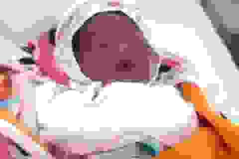 Tìm người thân cho bé gái sơ sinh bị bỏ rơi trong thùng mỳ tôm