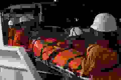 Vượt sóng, cấp cứu kịp thời thuyền viên bị liệt nửa người, hôn mê sâu