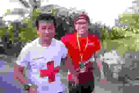 Các VĐV chúc mừng ông Đoàn Ngọc Hải về đích tại giải marathon Hậu Giang