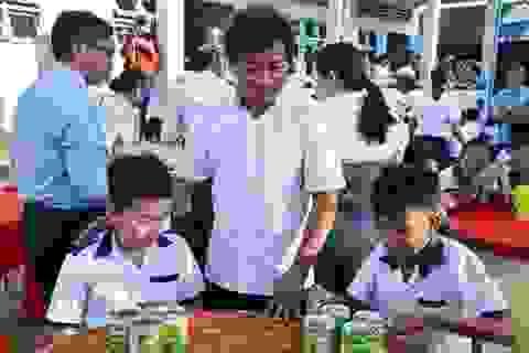 Ông Đoàn Ngọc Hải tặng quà, mời học sinh ở U Minh ăn phở