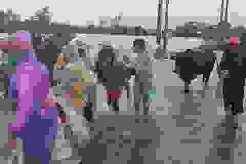 Phú Yên mưa lớn, lũ lên nhanh, dân vội vàng đi sơ tán