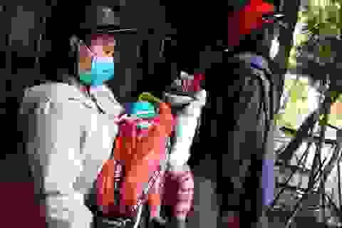 Thương người mẹ nghèo đội mưa ôm 2 con thơ bại não đến viện