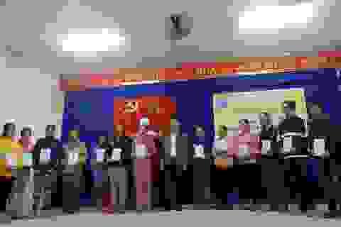 Bảo hiểm xã hội Việt Nam tặng 250 thẻ BHYT cho người dân vùng lũ Đà Nẵng