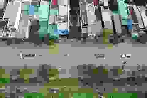 """Nước lên nhanh, đường biến thành sông, người dân """"bơi""""trong lũ"""