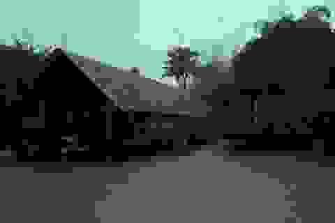 Người dân ngồi nhà sàn nhìn nước ngập mênh mông
