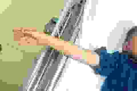 Bé 6 tuổi bị xiên thịt nướng đâm xuyên cánh tay trong lúc nô đùa