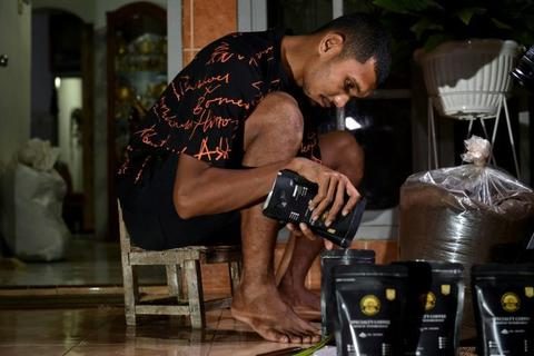 Hàng loạt ngôi sao Indonesia phải đi bán hàng rong, làm bảo vệ