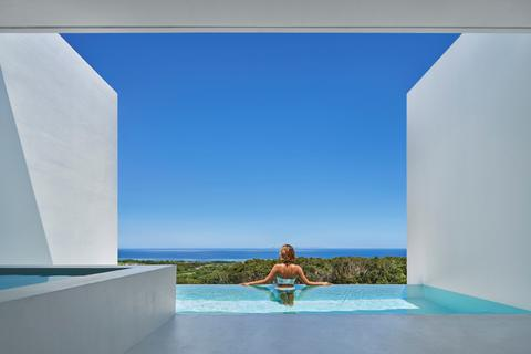 Khách sạn theo phong cách tối giản bên bờ biển tuyệt đẹp