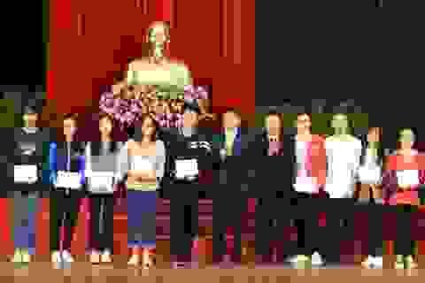 Trao học bổng của gia đình Giáo sư Lê Viết Ly đến học sinh, sinh viên nghèo