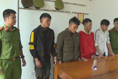 Hai nhóm trai làng mang hung khí hỗn chiến