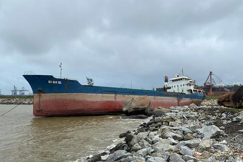 Bảo vệ tàu 2.800 tấn mắc cạn trước bão số 13