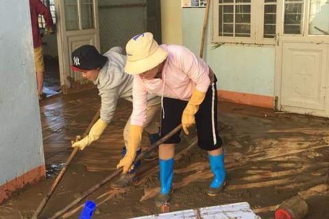 Thầy cô vùng sạt lở Trà Leng dọn núi bùn và chuẩn bị đón… bão số 13