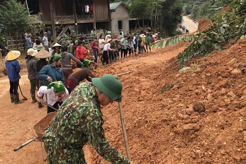 Tuổi trẻ biên phòng xung kích khắc phục sạt lở do mưa lũ gây ra