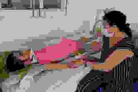 Xót xa cảnh mẹ nghèo chăm con trai nằm liệt sau tai nạn giao thông
