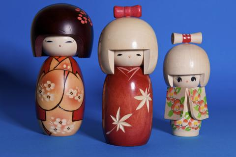 """Búp bê Kokeshi """"chào đời"""" từ suối nước nóng và chốn rừng già Tohoku"""