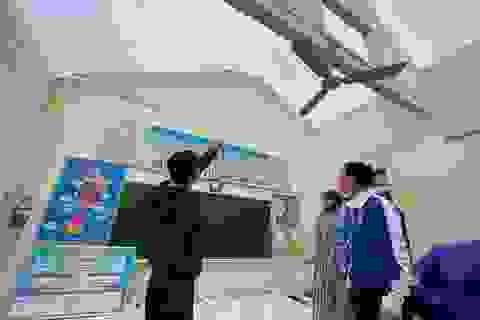 Bão tốc hết mái phòng học, hơn 80 học sinh phải học nhờ nhà văn hóa