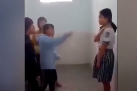 Bạn thả mặt cười trên Facebook, nữ sinh cấp 2 lôi bạn vào nhà vệ sinh đánh