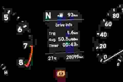 """Tắc đường """"chôn chân"""" ở Hà Nội, ô tô báo tốn hơn 50 lít xăng cho 100 km"""