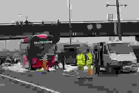 """Hà Nội: Hàng chục bao bột đá rơi trên cao tốc, 2 xe khách """"lĩnh chưởng"""""""