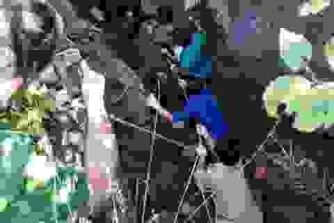 5 người đi tìm vàng, một người rơi xuống hang sâu 150m mất tích