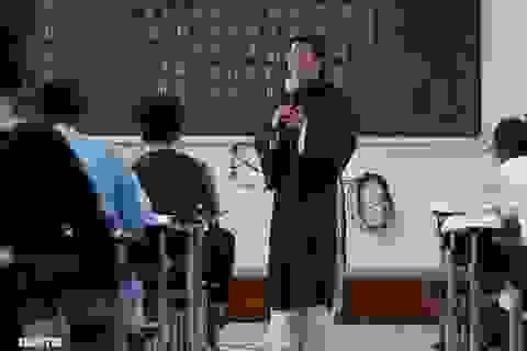 Thầy giáo gần 10 năm mặc áo dài, đi guốc mộc đến giảng đường