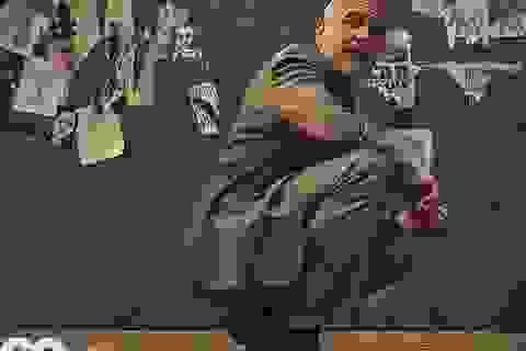 George Clooney gặp tai nạn suýt chết, còn mọi người mải miết chụp hình