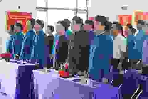 Các thầy giáo ở Huế mặc áo dài ngũ thân dự khai giảng năm học mới