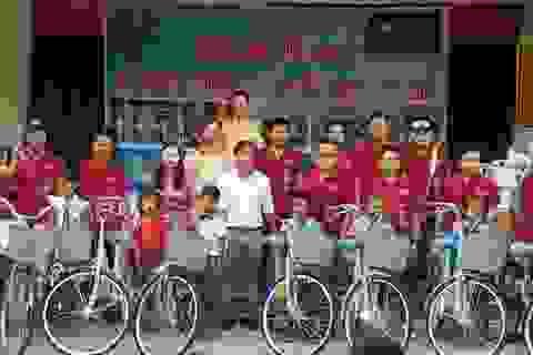 Cô Hiệu trưởng vận động nhà hảo tâm tặng xe đạp cho học trò nghèo vùng cao
