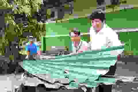 Thầy giáo gom góp yêu thương giúp người nghèo lợp mái nhà sau bão