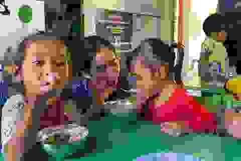 """Hành trình nhiều """"nước mắt"""" về bữa cơm bán trú của trẻ bản Kè, Cáo và Chuối"""