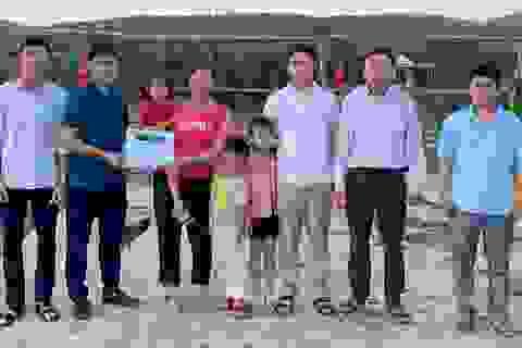 Gia đình bị lũ cuốn trôi nhà được bạn đọc giúp đỡ gần 200 triệu đồng
