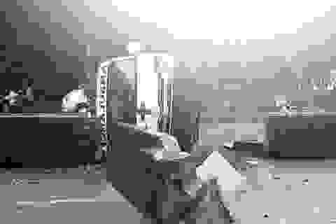 Xe cấp cứu tông dải phân cách rồi lật ngang, 2 người bị thương