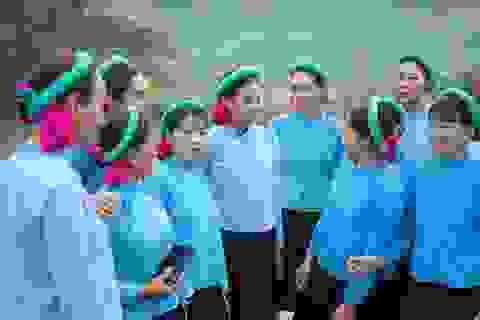 Dàn Hoa hậu Hoàn vũ mặc váy truyền thống thi đá bóng với biểu cảm hài hước