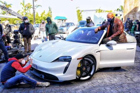 Cơ bắp quá khổ, diễn viên The Rock không ngồi vừa siêu xe để đóng phim