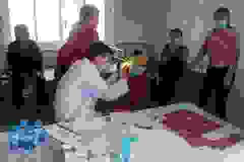 Khám, phát thuốc miễn phí và tặng quà cho 400 người già