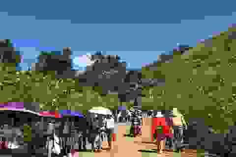 Người dân ùn ùn đổ về lễ hội hoa dã quỳ độc đáo ở Gia Lai